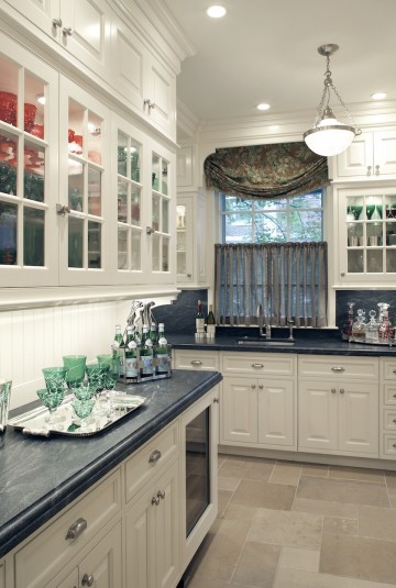Remodeled kitchen using white and black colors